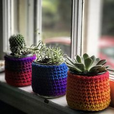 I'm sure I'm not the only one who finishes a jar of Oui Yogurt and thinks that it's too nice to throw away. I created a quick and easy pattern to make a crochet jar cover. Crafts With Glass Jars, Mason Jar Crafts, Glass Craft, Mason Jars, Crochet Jar Covers, Crochet Planter Cover, Yogurt, Yarn Crafts, Diy Crafts