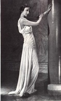 Madeleine Vionnet in a Grecian style dress Madeleine Vionnet, Vintage Gowns, Mode Vintage, Vintage Outfits, Vintage Clothing, Dress Vintage, Vintage Style, Madame Gres, 1930s Fashion