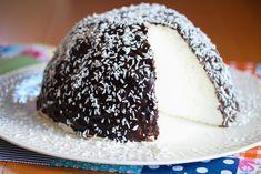 Det er kanskje litt barnslig, men aller mest gøy å lage en Kokosbollekake!    Som navnet tilsier er dette rett og slett en kjempestor kokosbolle. Innholdet er kun et deilig søtt og hvitt skum, så dette er vel heller en godterikake enn en tradisjonell kake. Kokosbollekaken glaseres med sjokoladeglasur og drysses med kokos.    Garantert populært hos barna - og selvfølgelig også hos alle voksne som liker kokosboller!    Oppskrift og foto: Kristine Ilstad/Det søte liv. Norwegian Food, Norwegian Recipes, Just Cakes, Pavlova, No Bake Cake, Vanilla Cake, Cake Recipes, Sweet Tooth, Food And Drink