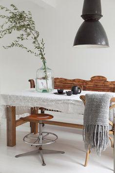 Het lijkt de meest perfecte combinatie: wit met hout. Benieuwd hoe je deze combinatie zelf toepast? Laat je inspireren door deze binnenkijker! #white #interior #wood