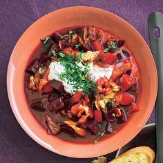 """Rote Bete-Spitzkohl-Eintopf mit Schmand - """"Die leuchtend rote Farbe kommt von der Roten Bete, die auch in Würfeln neben Kartoffeln und Spitzkohlin dem Süppchen schwimmt.Obendrauf gibt es Schmand."""" Japchae, Stew, Meat, Ethnic Recipes, Food, Coleslaw Recipes, Soups And Stews, Beef Stroganoff, Eten"""