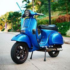 Custom modified Vespa PX blue with Vespa primavera rims wheels velg Piaggio Vespa, Lambretta Scooter, Vespa Scooters, Vespa Excel, Vespa Italy, Vespa Px 200, Scooter Garage, Vespa Motorcycle, Custom Vespa