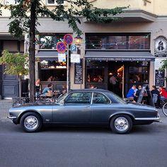 Jaguar XJ 4.2C #carwatching #carwatchinginberlin #streetphotography #street_photo_club #ig_street #cars #vintagecars #retrocars #classiccars #motors #carspotting #carspotter #karre #altekarrenbattle #soloparking #oldtimer #carsinfrontofhouses #carphotography #caroftheday #carsofberlin #carsofinstagram #carstagram #igersberlin #jaguar #jaguarxj #jaguarxj42c #jaguarnation #mitte #berlin
