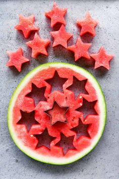 when adding toppings, you want it to look vsco so cut it like stars! works for any type of fruit Cut Watermelon, Watermelon Sticks, Watermelon Lemonade, Melon Salad, Refreshing Summer Drinks, Edible Arrangements, Love Eat, Fruit Art, Colorful Decor