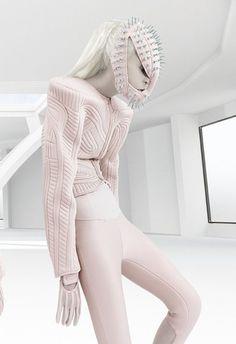 Pink warrior- Robotisering- tegenstelling; mt d hand geweven kleding, vergt veel aandacht