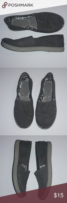 TOMS girls gray canvas shoes Excellent preowned condition, does not have inner sole TOMS Shoes Slippers