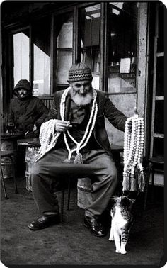 TESPÍHÇÍ (Seller of 'tespih'/string of prayer beads). Istanbul, under the former Galata Bridge - (Ara Güler). Artistic Photography, Street Photography, Old Photos, Vintage Photos, Pierre Loti, Middle East Culture, Funny Cat Videos, Funny Cats, Ottoman Empire