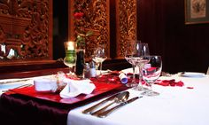 Romantic table decorating ideas for Valentine's Day became symbol or element of the Valentine's Day too like red color, candles, flowers, chocolates and hearts. Romantic Table, Romantic Dinners, Romantic Notes, Romantic Night, Romantic Ideas, Valentines Day Dinner, Valentine Party, Romantic Surprise, Dinner Room