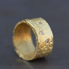 Anneau large antique en or jaune mat aux motifs ciselés de Esther pour l'atelier des bijoux créateurs