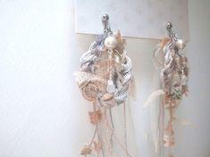 人魚姫のイヤリング     AVRILの糸をくるっと編んでイヤリングにしましたフリンジ部分が海を自由に泳ぐマーメイドのイメージ薄いピンク グレー ホワイト メ... ハンドメイド、手作り、手仕事品の通販・販売・購入ならCreema。