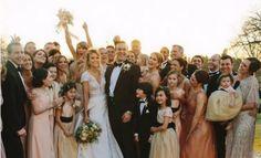 Taylor Swift se diverte como madrinha no casamento de amiga de infância >> glo.bo/1VwO2ZS