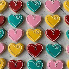 Valentine's Day Bright Heart Cookies - Cupcakes Cookies Cupcake, Valentine's Day Sugar Cookies, Sugar Cookie Royal Icing, Cookie Icing, Heart Cookies, Iced Cookies, Cute Cookies, Cookies Et Biscuits, Mason Jar Cookies
