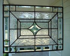 Panel de vitral estrella roja  Hecho a la medida Deje transcurrir 4 semanas TAMAÑO: 12 3/8 x 12 3/8 ***  Este panel de la ventana de vitrales fue diseñado y creado por mí en mi estudio de Indiana. Se hace mediante el método de hoja de cobre de Tiffany de la construcción de ventanas y medidas aprox. 12 3/8 x 12 3/8. Una estrella de centro con un cristal rojo texturizado está rodeada por un vidrio krinkle claro espumoso. Colinda con un hermoso cristal texturizado azul profundo.  Tiene un marco…