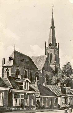 Kerkstraat in St.Nicolaasga met rechts achter de Sparwinkel van mijn vader. Op de voorgrond het vroeger winkeltje van Beppe.