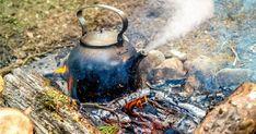 Så gör du godaste kokkaffet – över öppen eld | Land.se Eld, Wild Camp, Kaffe, Coffee Is Life, Fire Starters, Camping Survival, Bushcraft, Outdoor Camping, Wilderness