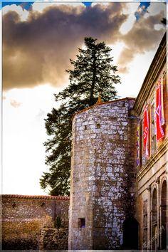 Il etait une fois, le Puy du Fou l Histoire d'une region (13) #Voyagesdansletemps #Timetravel #PuyduFou #Histoire #Iletaitunefois #history #Phystorique #région #Vendée #Guerres #evolution #arbre #généalogique #village #BourgBérard #chateau #casle #archéologie #fouille #construction #photos Bien avant d'être le parc que l'on connaît actuellement, le Puy du fou était un petit village. « Nous savions qu'il y existait une légende lorsque nous avons acquis la parcelle. Dans les fermes alentours…