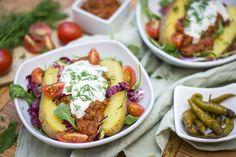Hierzulande eher noch unbekannt, dafür in der türkischen Esskultur umso beliebter: Kumpir! Die klassische Folienkartoffel mit Kräuterquark kennen wir alle – Kumpir hat aber noch um einiges mehr zu bieten und lässt sich je nach Geschmack unterschiedlich zubereiten.