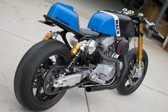 以前にも紹介したハーレーカスタムの雄、DP Customs。 その新作を紹介します。 レース用としてもストリート用としても自信あり、と豪語するDP CustomsのDel Prado兄弟。 オーリンズのリアサス以外は大して高価なパーツは使っていないそうです。 Mack www.dpcustomcycles.com www.dpcustomcycles.com ハーレーカスタムにもカフェレーサーブームが押し寄せているわけですが、このカラーリングはある意味斬新ですね。 やばいくらいにクールなハーレーカスタムビルダー DP Customs - LAWRENCE(ロレンス) - Motorcycle x Cars + α = Your Life. www.dpcustomcycles.com Custom Harley Sportster Cafe Racer by DP Customs y...