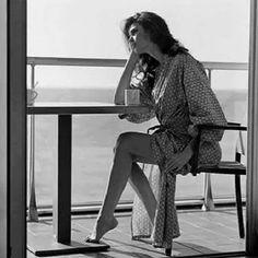 Bir fincan huzur... Avuç içlerimde zaman Sessizliğime bakma Bir şarkı var kalbimde Nihavent Derler ya sabrın sonu selamet Aralandı bulutlar Bak yine güneş açtı nihayet Yine güzel günler olacak Unutacak değil kalbimiz Lakin hayat kısa Olmuyor her gün şikayet..