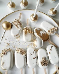 Edible elegance - gold accents on white popsicle cakes and cake pops! Cute Desserts, Wedding Desserts, Mini Cakes, Cupcake Cakes, Cupcakes, Yummy Treats, Sweet Treats, Magnum Paleta, Cake Recipes