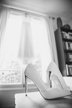 wedding shoes// chaussures de mariage ; skiss ; black & white photo// photo noir & blanc ;  high heel shoes// chaussures à talons ; white high heel shoes // chaussures blanches à talons http://www.skiss.fr/