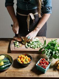 年賀状の用意に大掃除、年が明ければ新年のあいさつ回り。何かと忙しい年末年始、毎日の食事の準備ぐらいパパッと済ませたい…ですよね。お任せください。今回は、毎日のお料理が楽になる野菜の冷凍術をご紹介しましょう。