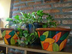 Má!: Maceta n°94Diámetros de boca: 22cm ($180), 26cm ($... Painted Clay Pots, Painted Flower Pots, Funky Painted Furniture, Pot Jardin, Clay Pot Crafts, Bottle Painting, Diy Planters, Terracotta Pots, Garden Pots
