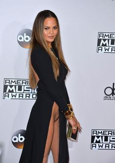 Chrissy Teigen in an award function and accidentally showing her pussy