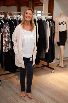 Kick Off i Kolding. Helle er konsulent i Aalborg, hun er her i Fanny jeans, Farryn tee og Fiona blazer, Fiona blazer findes i sort og pudder.