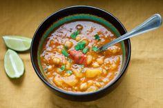 Indyjska zupa z ciecierzycą, ziemniakami i kalafiorem