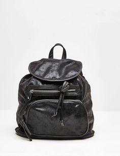 sac à dos brillant noir - http://www.jennyfer.com/fr-fr/accessoires/sacs/sac-a-dos-brillant-noir-10008111060.html