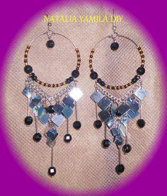 Aros pendientes artesanales en alambre de memoria , alpaca ,  mostacillas / rocallas y dijes  . Hoop earrings handmade in  wire charms and beads