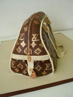 Mitähän tämä laukkukakku kätkee sisäänsä? #laukkukakku #kakku #handbagcake #cake