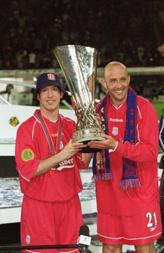Robbie Fowler and Gary McAllister of Liverpool lift the UEFA Cup after the UEFA Cup Final against Alaves played at the Westfalenstadion in Dortmund. Liverpool Uefa, Liverpool Legends, Liverpool Players, Liverpool History, Liverpool Football Club, Classic Football Shirts, Best Football Team, Football Players, Gary Mcallister