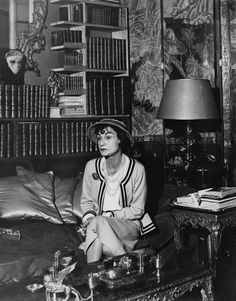 Coco Chanel in her apartment at the Hotel Ritz Paris, 1960 - by Cecil Beaton Chanel Couture, Chanel Nº 5, Perfume Chanel, Chanel Brand, Chanel Paris, Chanel Fashion, Vintage Chanel, Chanel Style, Vanity Fair España