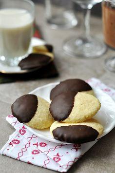 Csokis-kókuszos keksz 15-20 db-hoz:10dkgliszt,1tojás,6dkg vaj,2 csipetsütőpor,5 dkg kókusz,5dkg porcukor,csokibevonat:5-8 dkg étcsokoládé vajat kikeverjük a porcukorral,hozzá tojást és a többi hozzávalót. összekeverjük, hűtőbe1 órára. masszából diónyi gombócokat formázunk, a sütőpapírra helyezzük és tenyérrel enyhén ellapítjuk őket.180 fokon 12-14 p alatt készre, tepsiben kihűlni.olvasztjuk a csokit,félig mártjuk a kekszeket, lecsepegtetjük a felesleget,sütőpapíros tálcára,hűtőbe 10-15…