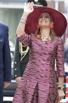 En noir et blanc la veille à Copenhague, la reine Maxima des Pays-Bas a ressorti les couleurs ce jeudi à Utrecht.