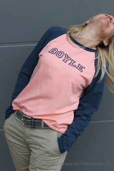 """""""Bethioua"""" ist ein einfach zu nähendes Schnittmuster für ein Raglanshirt mit langen Ärmeln. Die raffinierte Schnittführung im Rücken lädt zum Kombinieren von Stoffen und Farben ein. Verwendest du einen Streifenstoff für die Ärmel erzielst du einen besonderen Effekt im Rücken (siehe Produktbild). Das Shirt sitzt locker, ist leicht tailliert und hat angedeutete Fledermausärmel. Mit zwei…"""