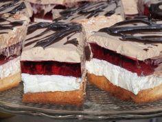 Kostki warstwowego ciasta z galaretką i cappuccino