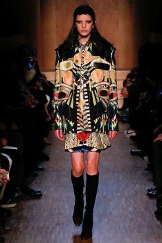 Guarda la sfilata di moda Givenchy a Parigi e scopri la collezione di abiti  e accessori 13f0a4e700f