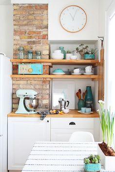 Cocina blanca, madera y ladrillo