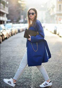 Pochette + manteau bleu + adidas