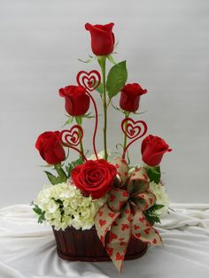 Beautiful Valentine Flower Arrangements Ideas For Your Home Decoration - Flowers are one of the most popular gifts given and sent on Valentine's day. Sons buy a pretty posy for their mom, boys buy them for their girlfriends. Valentine's Day Flower Arrangements, Rosen Arrangements, Valentines Flowers, Valentines Day Decorations, Valentine Ideas, Valentine Nails, Flower Decorations, Valentine Gifts, Beautiful Red Roses
