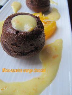 Voici un dessert que j'ai fait pendant les vacances. Orange-chocolat, ça fonctionne toujours aussi bien et avec cette note de cointreau, c'est génial.....J'adore ces mini-dômes savarin que l'on peut remplir à sa convenance.....pour plus de gourmandise.... Savarin, Orange, Voici, Doughnut, Muffin, Pudding, Note, Cooking, Breakfast