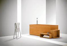 L'agence de design japonaise signe une collection de meubles de salle de bains, en bois de mélèze. La baignoire incorpore des rangements et une assise. ©Bisazza Bagno