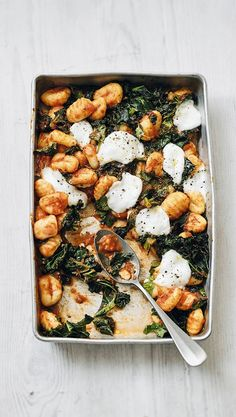 Fluffy gnocchi combined with Italian mozzarella cherries creates a taste sensation in this gnocchi, kale and mozzarella bake. Ready in 20 minutes and serving 2 people, this is great for a mid-week dinner after a long day at work. Tray Bake Recipes, Veggie Recipes, Vegetarian Recipes, Dinner Recipes, Cooking Recipes, Healthy Recipes, Detox Recipes, Baked Gnocchi, Gnocchi Recipes