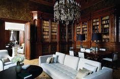 Biblioteca do hotel Palazzo Papadopoli, em Veneza, na Itália, onde os destaques ficam por conta da estante, do lustre e do papel de parede originais que foram restaurados. O projeto é do escritório Denniston Architects.