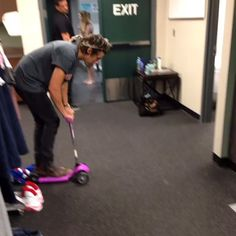 Harry styles' new vine OMG WHY CAN'T I STOP WATCHING THIS IT'S JUST SO FUNNY HAHAHA