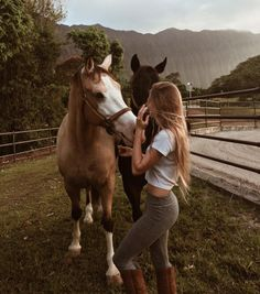 Pretty woman and pretty horses Cute Horses, Pretty Horses, Horse Love, Beautiful Horses, Animals Beautiful, Horse Photos, Horse Pictures, Foto Cowgirl, Animals And Pets