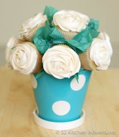 How to Make a Cupcake Bouquet - ♥ this! I think I'd place the cupcakes before icing them. Also, you could probably make a smaller version with mini cupcakes or mix regular and mini together in a bouquet. Bbq Dessert, Homemade Gifts, Diy Gifts, Homemade Donuts, Yummy Treats, Sweet Treats, Little Presents, Mom Presents, Diy Mothers Day Gifts